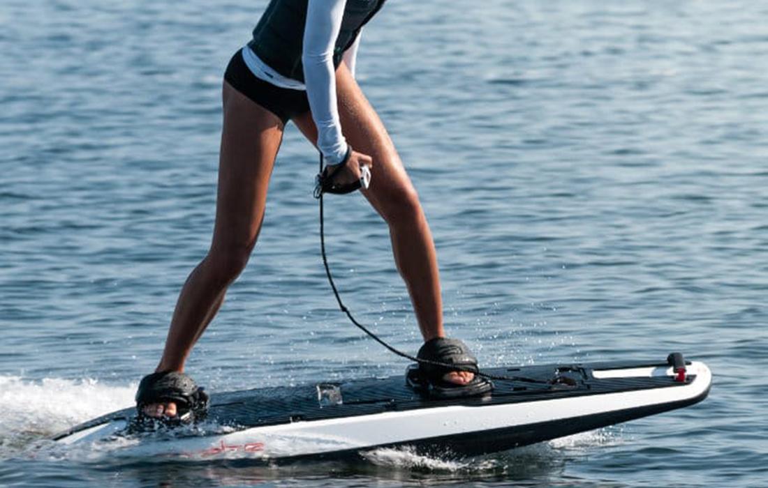 Awake Ravik: la planche de surf électrique qui fera le bonheur des amateurs de cette activité