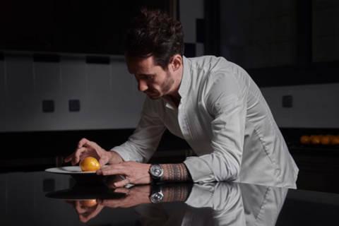Le chef pâtissier Cédric Grolet, le nouvel ambassadeur international de la Maison Piaget, porte une montre Piaget Altiplano à remontage automatique.